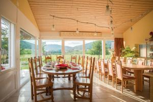 Ein Restaurant oder anderes Speiselokal in der Unterkunft Hôtel-Gîte rural à 3 km de Delémont