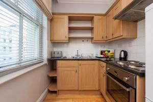 A kitchen or kitchenette at 12 London Street Apartments