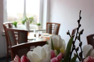 Ein Restaurant oder anderes Speiselokal in der Unterkunft Hotel Klostergarten
