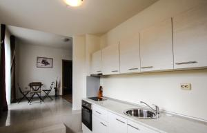 A kitchen or kitchenette at New Line Village Apartments