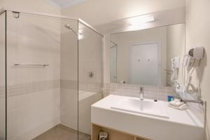 A bathroom at Adelaide Road Motor Lodge