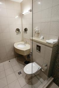 Ванная комната в Бизнес отель Нефтяник на Толстого