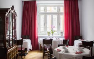 Un restaurante o sitio para comer en das HOTEL in München
