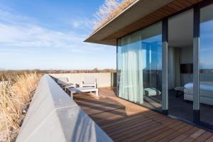 A balcony or terrace at Duinhotel Tien Torens - Seayou Zeeland