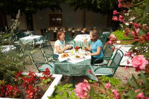 A restaurant or other place to eat at Knappenstöckl