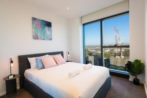 A bed or beds in a room at Melbourne CBD Southbank 2BR/ 2BTH WIFI & VIEW