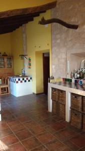 Una cocina o zona de cocina en The Pink House
