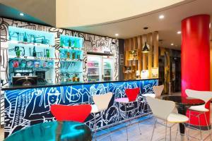 The lounge or bar area at Ibis Campinas