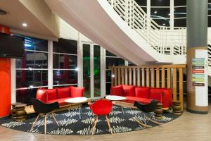 The lounge or bar area at Ibis Campinas