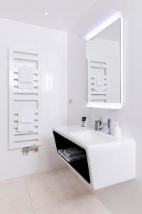 A bathroom at Eden Lodge Paris