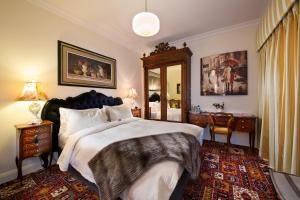 A bed or beds in a room at Katoomba Manor