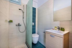 A bathroom at Anatoli Hotel