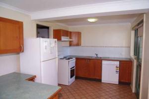 A kitchen or kitchenette at Beachfront 5, 25 Willow Street