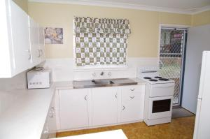 A kitchen or kitchenette at Dunroamin, 20 Main Street