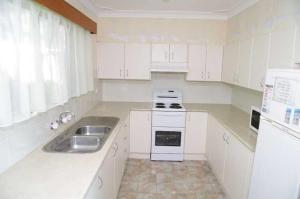 A kitchen or kitchenette at Oceanview, 6 Stewart Street