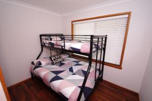 A bunk bed or bunk beds in a room at Breakaway, 11 Scott Street