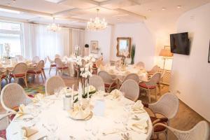 Ein Restaurant oder anderes Speiselokal in der Unterkunft Hotel Kastanienhof