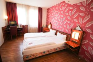 A bed or beds in a room at Hotel Miramar am Römer