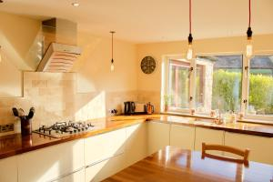 A restaurant or other place to eat at 3 Bedroom House Near the City Centre