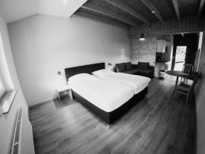 A bed or beds in a room at Brauhaus Obermühle