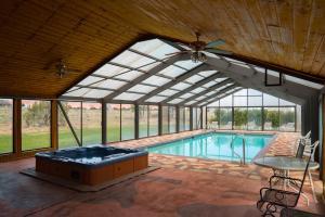 Der Swimmingpool an oder in der Nähe von Broken Spur Inn & Steakhouse