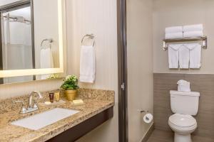 A bathroom at Ayres Suites Yorba Linda/Anaheim Hills