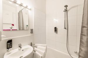 Ein Badezimmer in der Unterkunft Alecsa Hotel am Olympiastadion