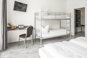 Ein Etagenbett oder Etagenbetten in einem Zimmer der Unterkunft Alecsa Hotel am Olympiastadion