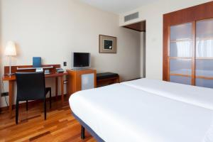 A bed or beds in a room at AC Hotel Alcala de Henares