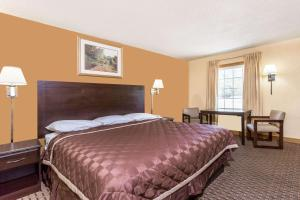 A bed or beds in a room at Knights Inn Glen Allen