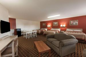 A seating area at Super 8 by Wyndham Athens TX
