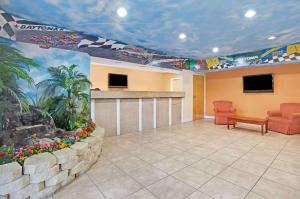 The lobby or reception area at Super 8 by Wyndham Daytona Beach