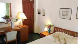 A bed or beds in a room at Hotel Villa Augustus