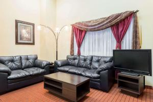 A seating area at Super 8 by Wyndham Baton Rouge/I-10