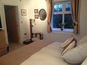A bed or beds in a room at 2 The Rocklands
