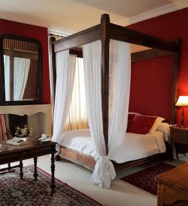 A bed or beds in a room at Château de Beaulieu