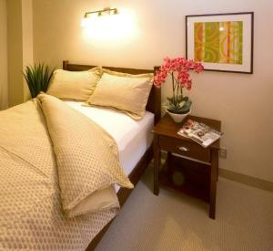 A bed or beds in a room at Guest House on the Mount