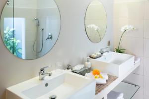A bathroom at Villa Umal
