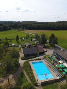 Ein Blick auf den Pool von der Unterkunft Country Camp camping Auf Kengert oder aus der Nähe