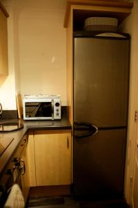A kitchen or kitchenette at Newly refurbished 1 bed 2nd floor apartment with wifi
