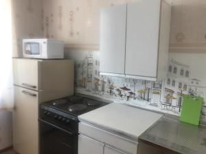 A kitchen or kitchenette at Apartment on Polevaya 10