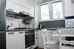 Кухня или мини-кухня в Апартаменты Альянс на Соколова