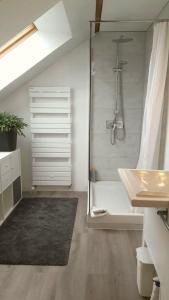 Salle de bains dans l'établissement Ma maison à Noyon, en pleine nature