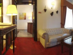 A seating area at Hotel Manganelli Palace