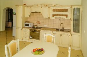 Кухня или мини-кухня в Апартаменты на ул. Просвещения 84