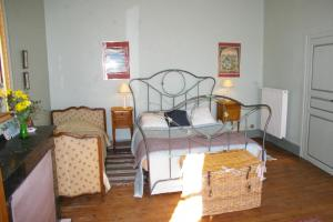 A bed or beds in a room at L'Impasse du Temple