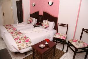 سرير أو أسرّة في غرفة في فندق هابي سيتي القاهرة
