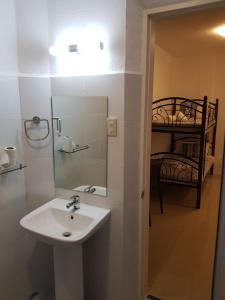 A bathroom at D´Gecko Hotel