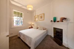 A bed or beds in a room at FUN TIMES in HUGE house 1 minute to SYDNEY HARBOUR