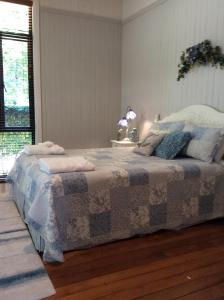 A bed or beds in a room at Windrush BnB - Comboyne Australia